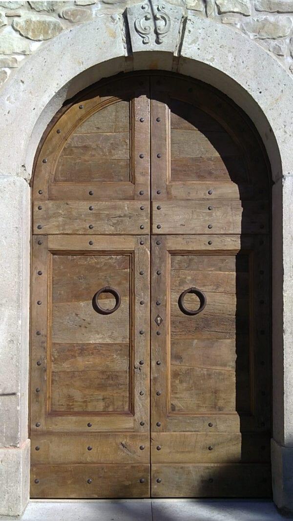 Portone in legno con arco
