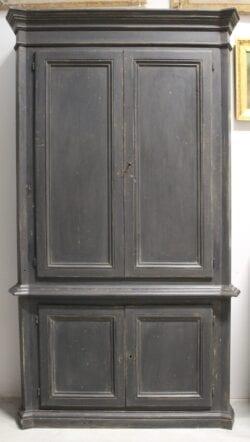 Armadio nero in legno
